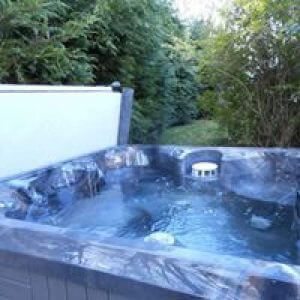 Private Hot Tub - Rainbow Cottage